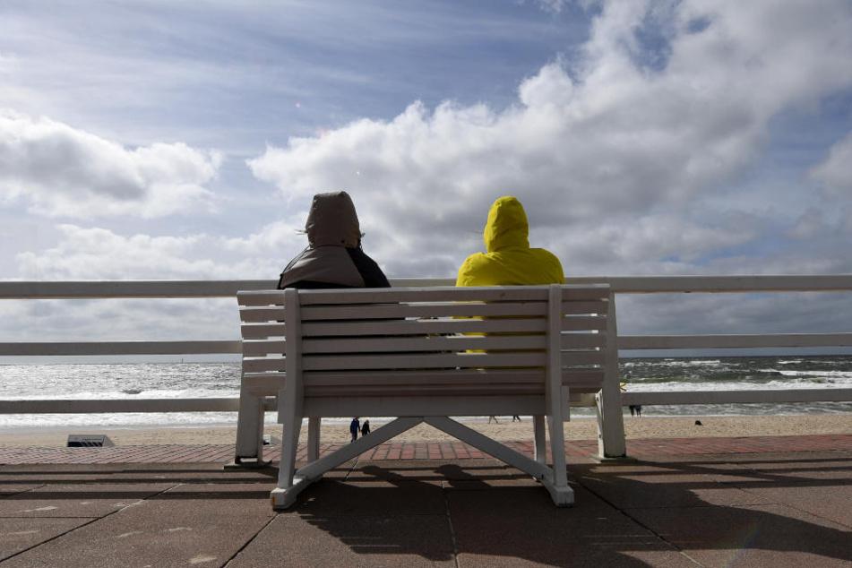 Urlauber genießen den frischen Nordseewind auf Sylt.