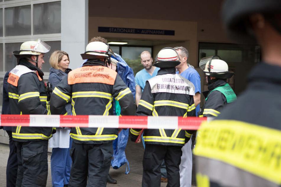 Feuerwehr und Klinikpersonal beraten an der Asklepios Klinik Altona das weitere Vorgehen.
