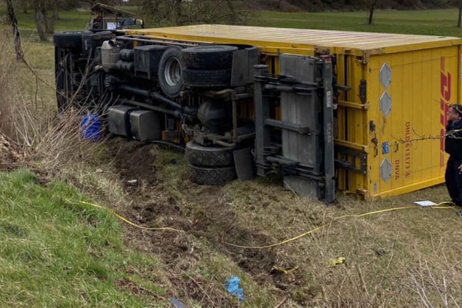 Post-Lkw kommt von Straße ab: Fahrer wird schwer verletzt in Klinik geflogen