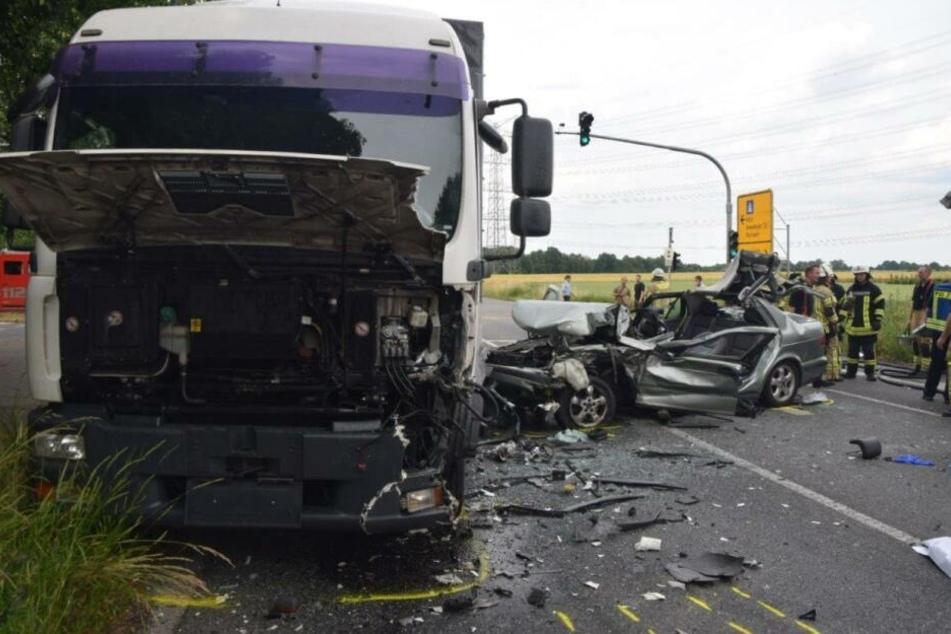 Tödlicher Unfall bei Köln: Frau (†81) kracht in Auto und Laster