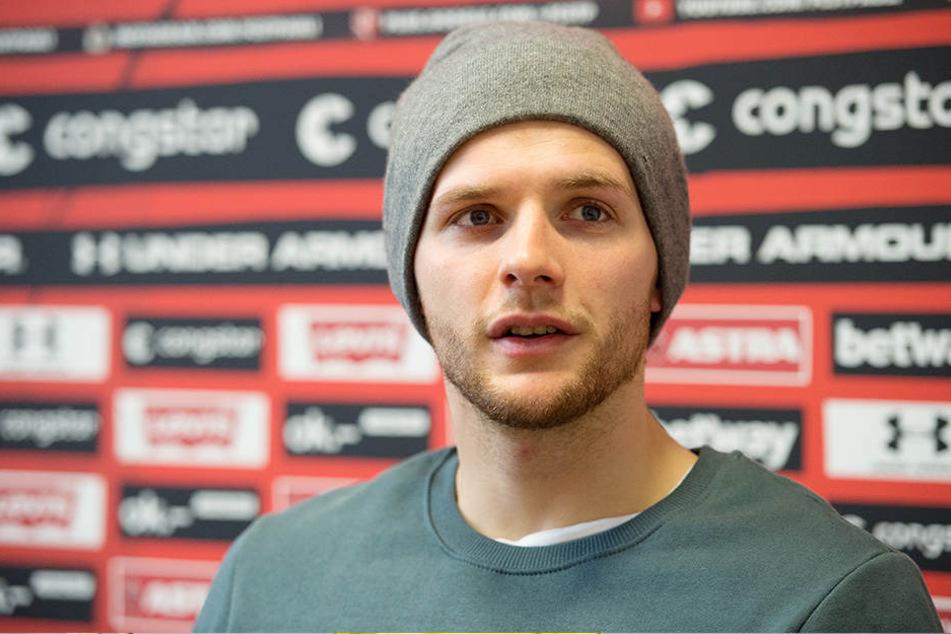 Der deutsche U17-Europameister Lennart Thy wird für sein Engagement außerhalb des Platzes gefeiert.