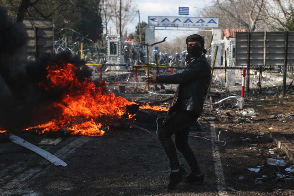 Ein Mannr versucht, durch den Grenzübergang Pazarkule nach Griechenland und damit in die EU zu gelangen.