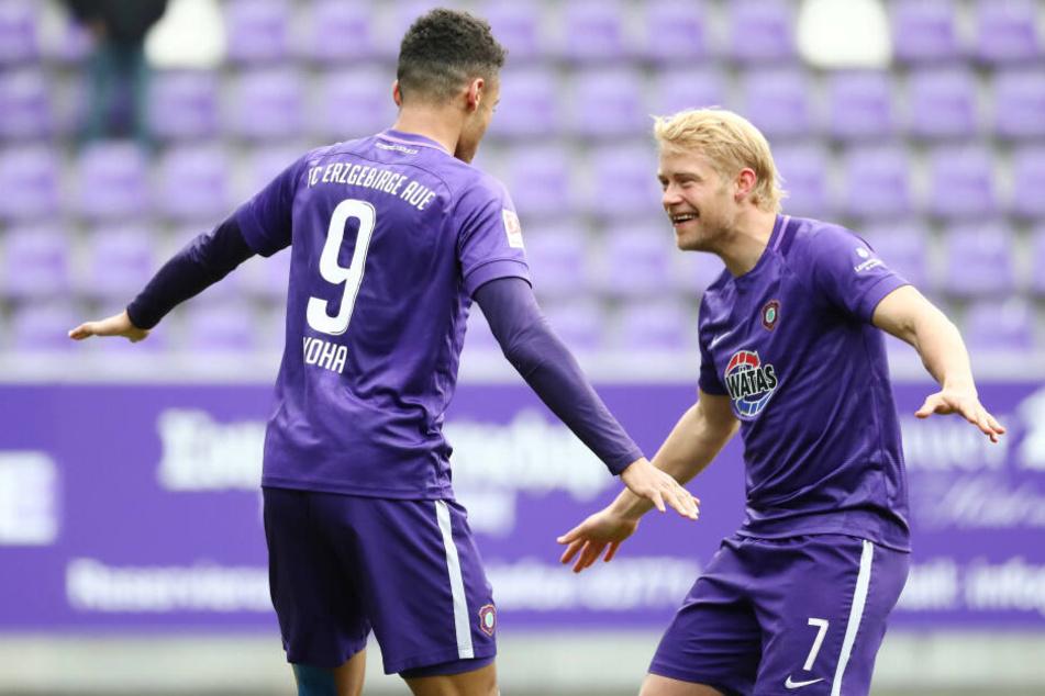 Torjubel nach dem Treffer zum 1:0 durch Torschütze Emmanuel Iyoha (li), tanzt mit Jan Hochscheidt.