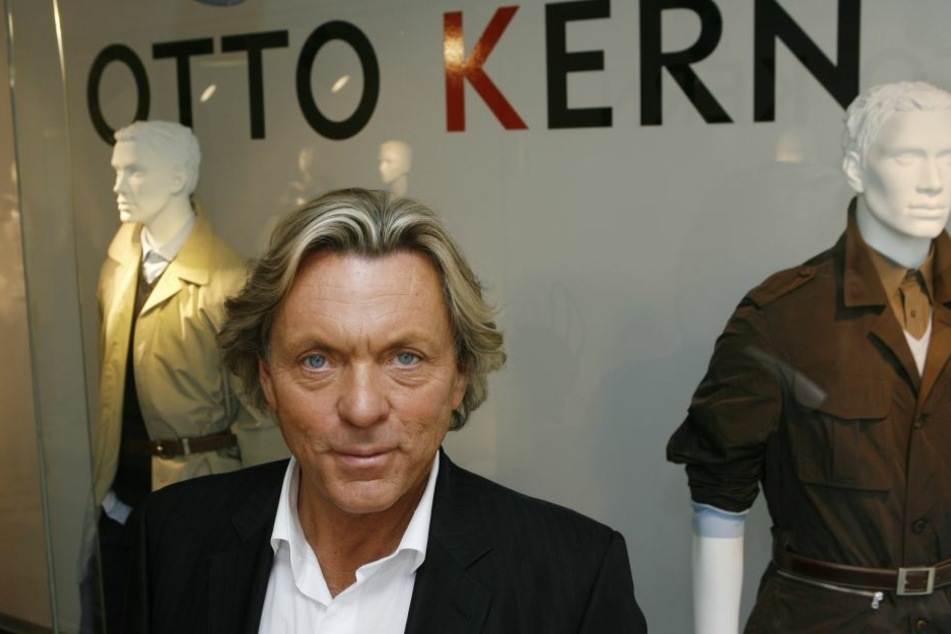 Der Modedesigner Otto Kern vor seinem Schaufenster des Otto-Kern-Ladens in Freiburg (Archivbild)
