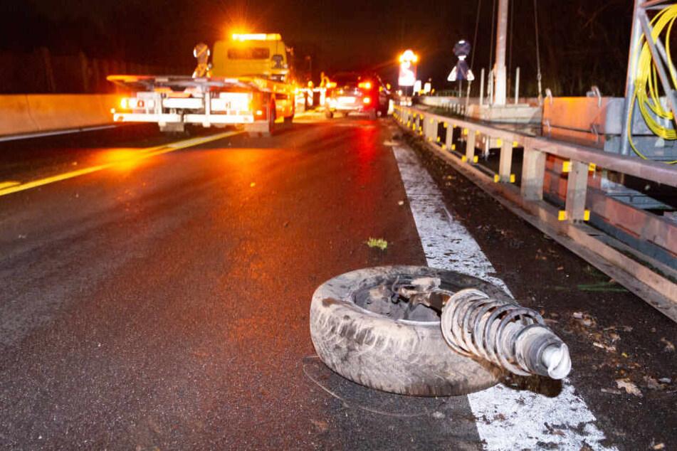 Ein Reifen lag meterweit von der Unfallstelle entfernt auf der Fahrbahn.
