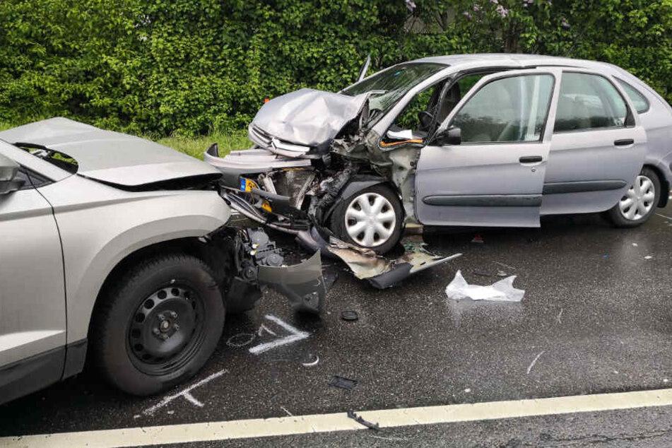 Sechs Schwerverletzte, Vollsperrung: Skoda kracht in Gegenverkehr