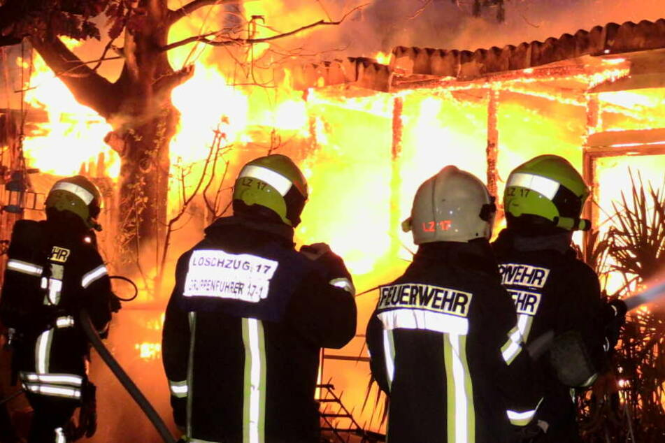 Die Feuerwehr Neuss musste in der Nacht zu einem Brand einer Gartenlaube ausrücken.