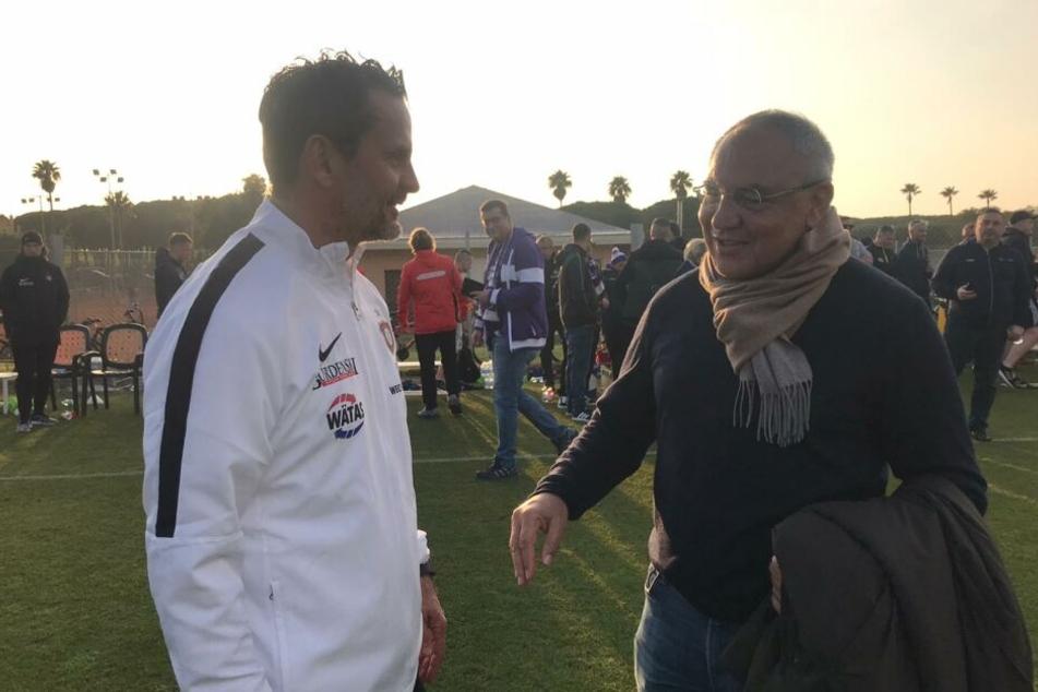 Dirk Schuster (l.) und Kult-Trainer Felix Magath nach Spielende im lockeren Austausch.