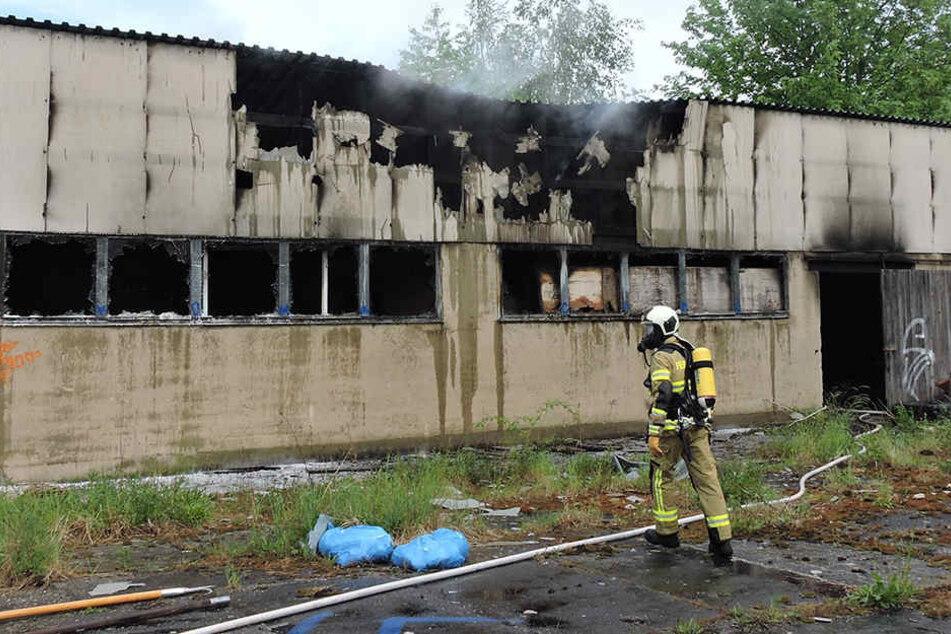 Am Dienstag fing auf einmal in der Halle befindlicher Müll an zu brennen. Die Polizei geht von Brandstiftung aus.