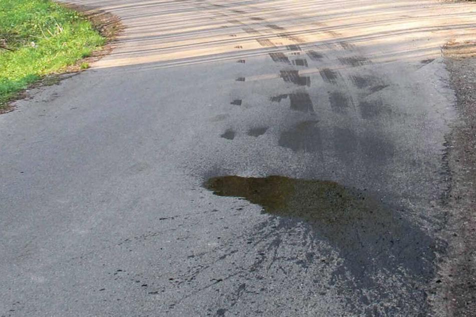 Reifen schlitzt Ölwanne auf: Ölspur auf Stadt-Straße hunderte Meter lang