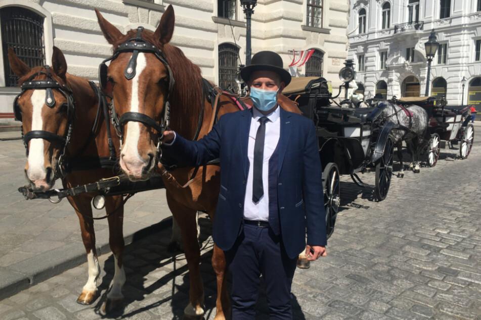 Wien: Adam Liko, Fiaker-Fahrer, wartet mit Mundschutz neben dem Pferdegespann auf Kundschaft.