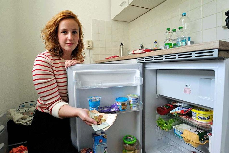 RTL-Reporterin Hanna Klouth (28) vor ihrem Kühlschrank im Chemnitzer Plattenbau.