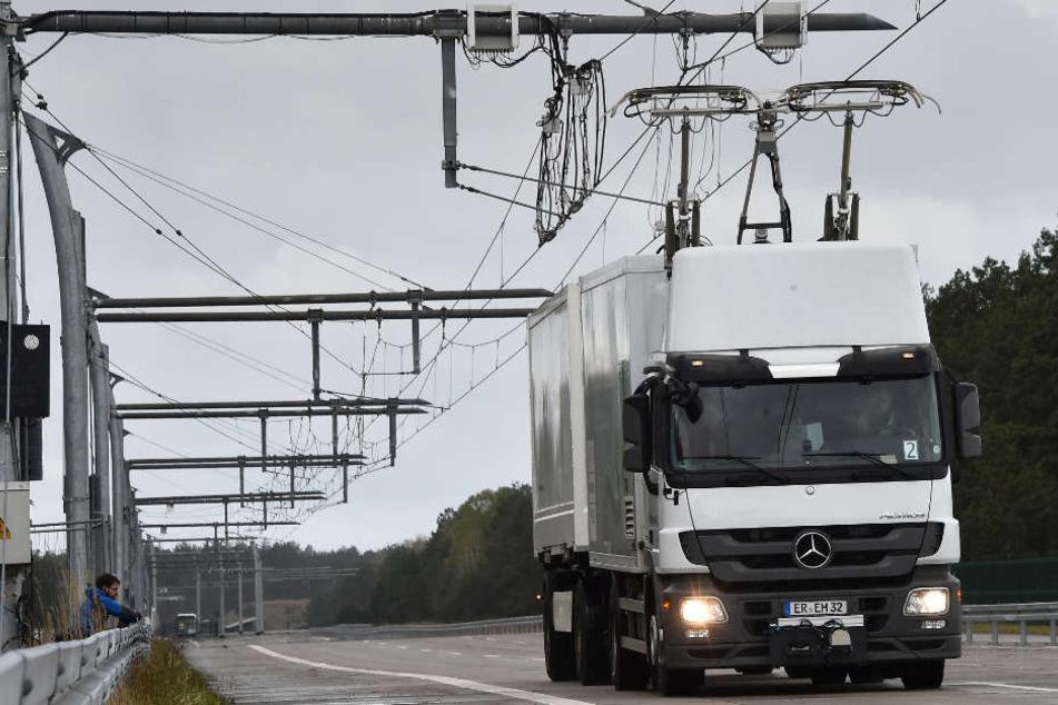 Die Lastwagen erhalten den Strom per Oberleitung, wie hier auf einer Teststrecke von Siemens.