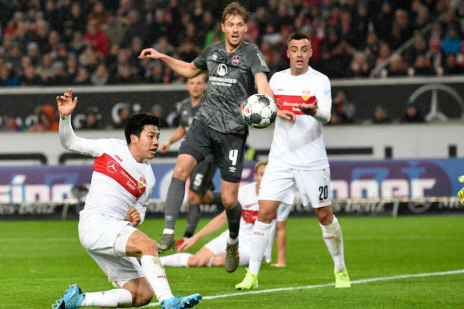 Stuttgarts Wataru Endo (l) erzielt ein Tor, das nach Videobeweis nicht gegeben wurde.