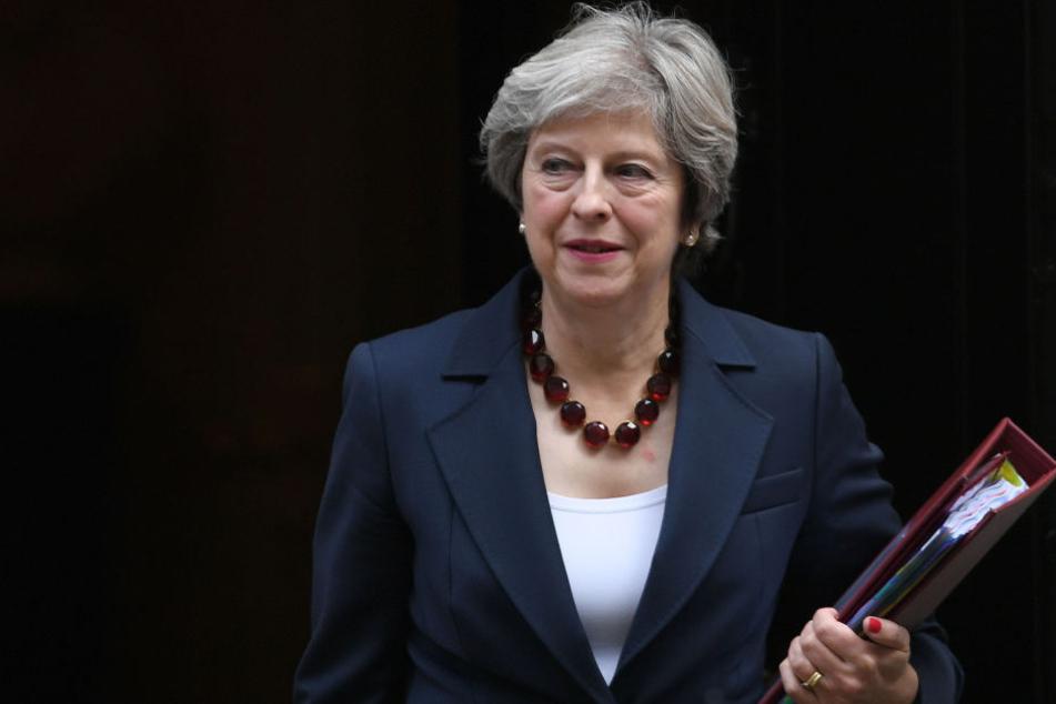 Premierministerin May sollte getötet werden. Dafür habe sich ein Mann eine Sprengstoffweste und ein Messer zugelegt.