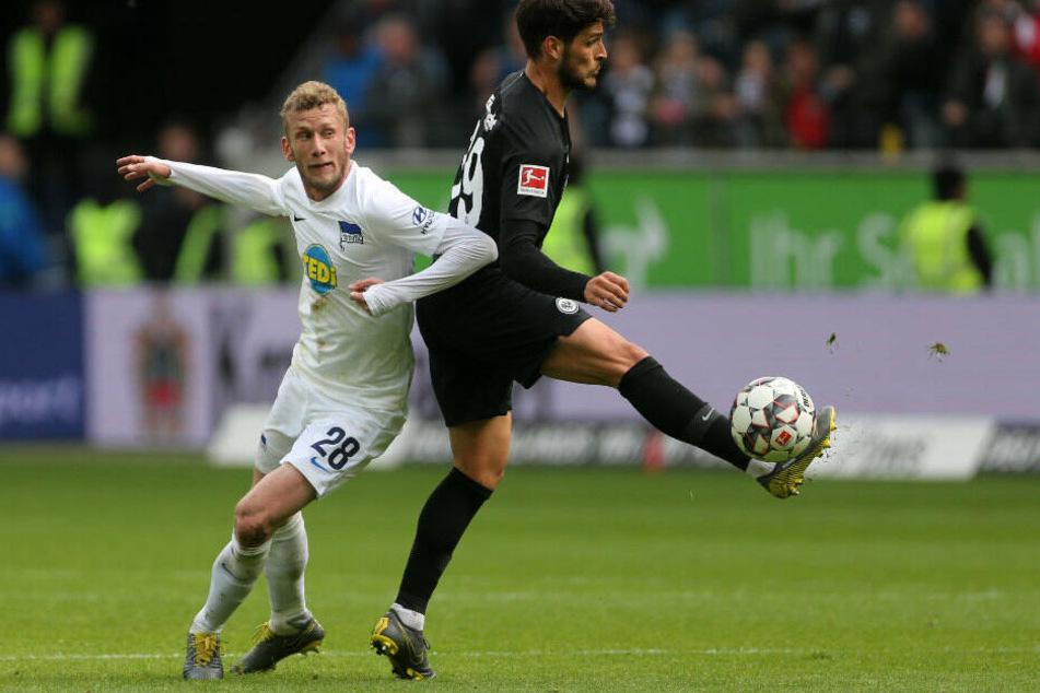 Lsutenberger im Zweikampf mit Frankfurts Pacencia.