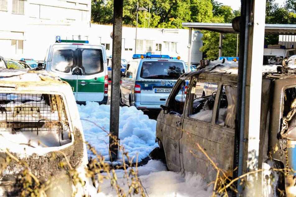 Sechs Wagen brannten in der Nacht aus.