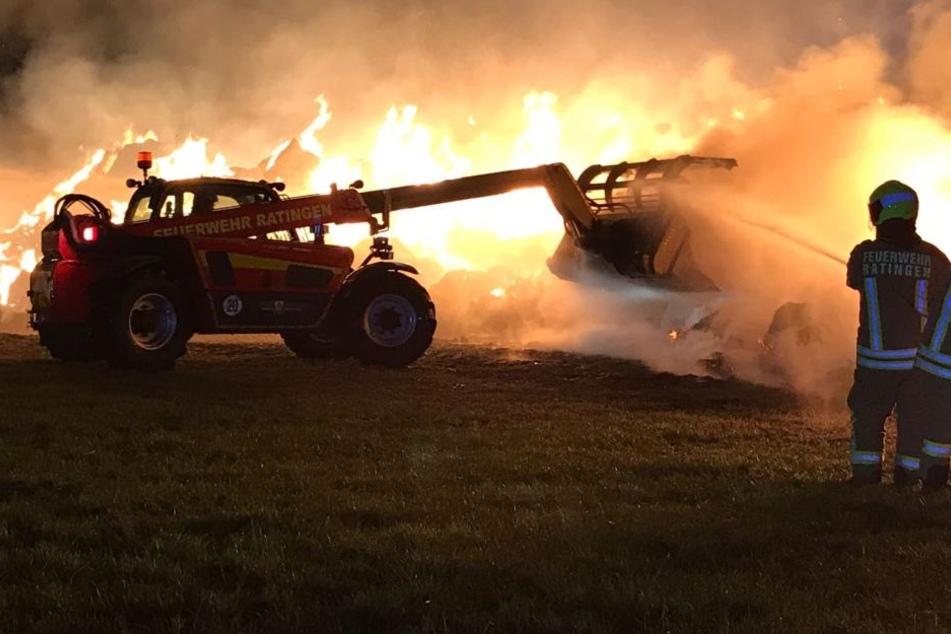 Großbrand: Feuerwehr muss 700 Strohballen löschen