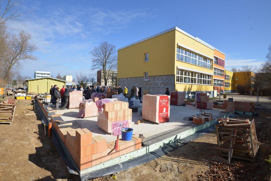 Der Neubau wird von Stadt, Land, Bund mit 340.000 Euro gefördert und soll im Oktober fertig sein.