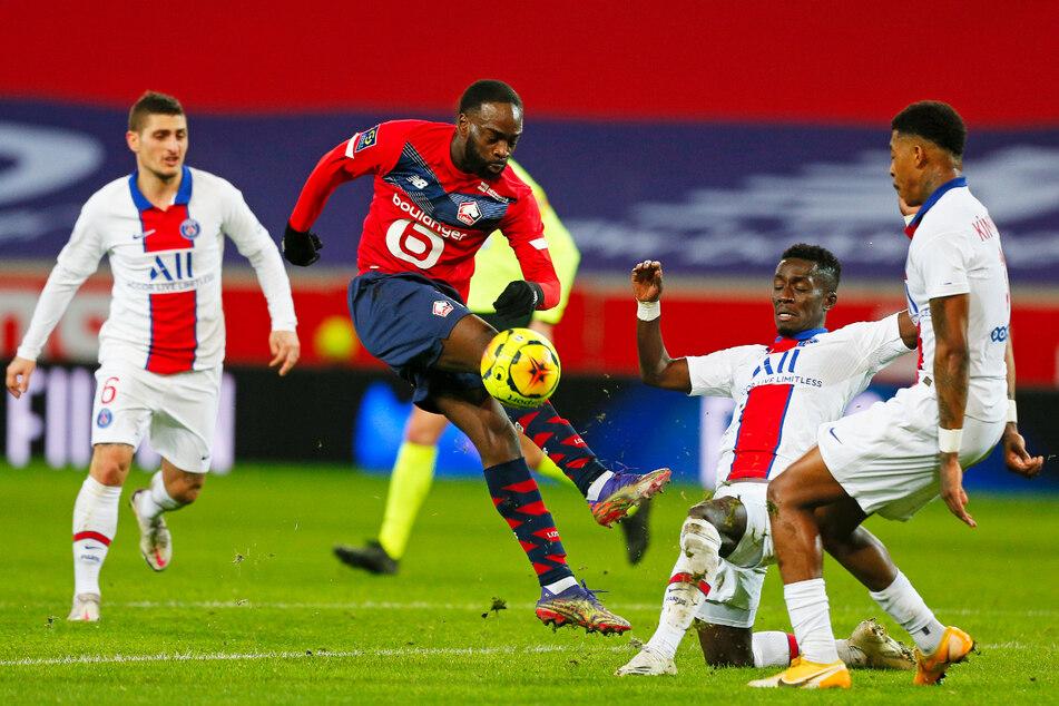 Jonathan Ikone (23, 2.v.l.) ist durchsetzungsstark und oft nur mit Fouls zu stoppen. Hier versuchen ihn drei PSG-Stars vom Ball zu trennen.