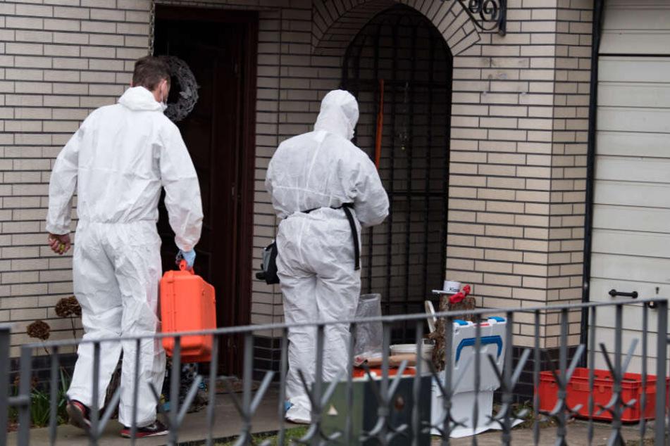 Kriminaltechniker der Berliner Polizei untersuchen das Haus der Schwester der verschwundenen 15-jährigen Rebecca.