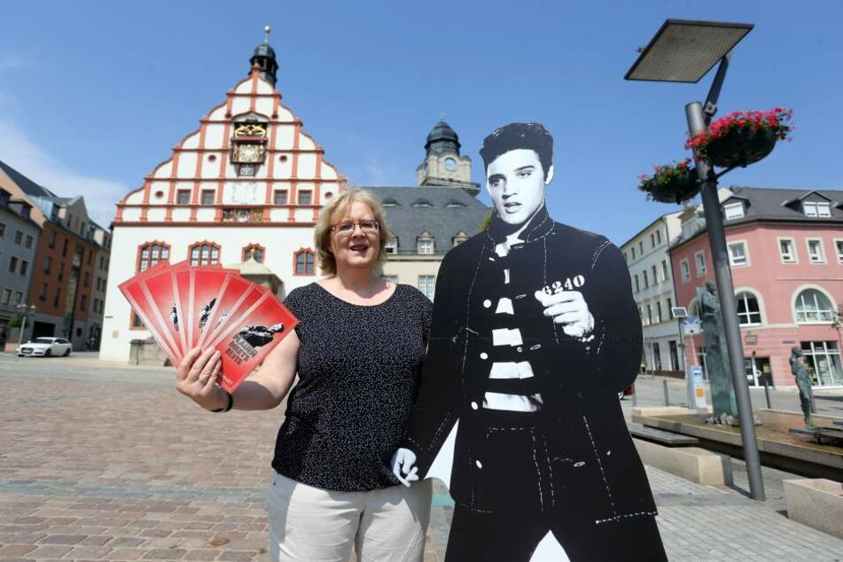 """""""The King"""" an der Seite: Tourist-Information-Mitarbeiterin Martina Roth mit einem Elvis-Aufsteller. Sie plante auch die Festtage mit."""