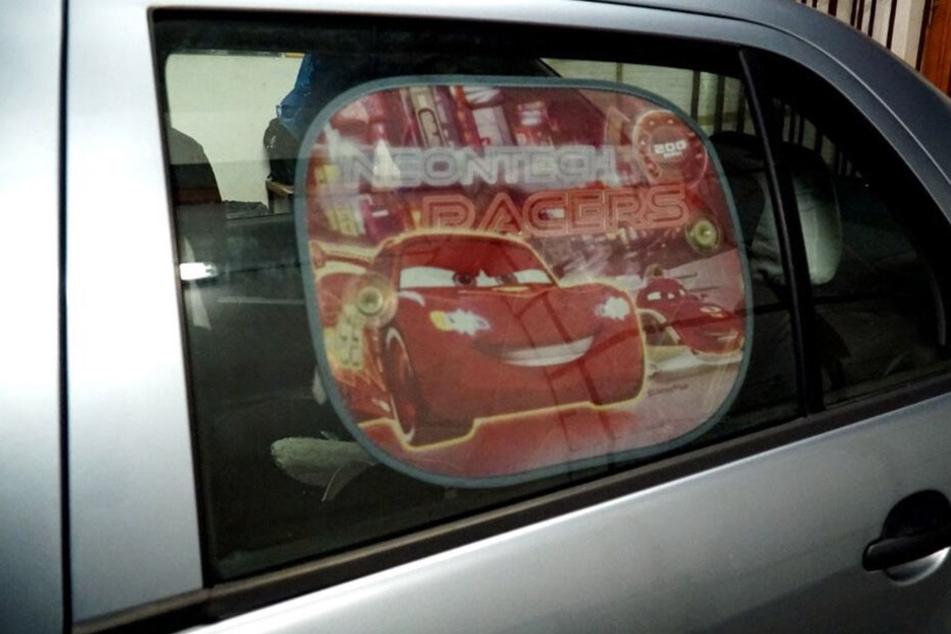 Am Fenster hinter dem Fahrersitz ist diese Sonnenblende angebracht.