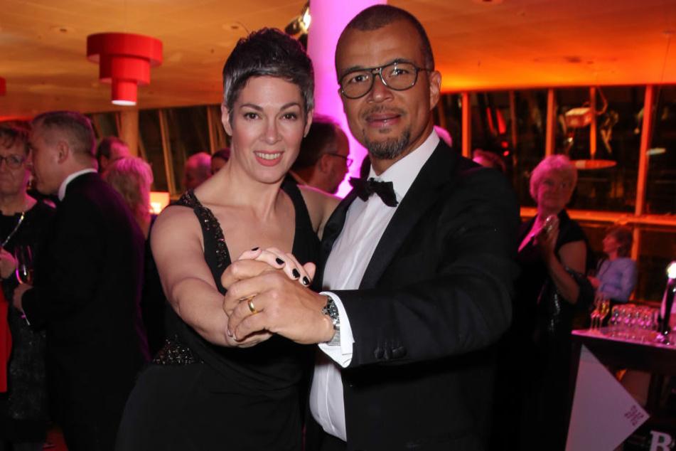 """""""Rote Rosen""""-Star Cheryl Shepard (52, l.) und ihr Ehemann Nikolaus Okonkwo (54, r.) führen eine offene Ehe. Sex mit anderen ist also erlaubt."""