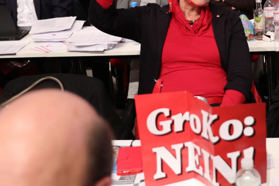 In dem Antrag heißt es unter anderem, eine erneute Regierung mit der Union würde einen weiteren Glaubwürdigkeitsverlust für die SPD bedeuten.