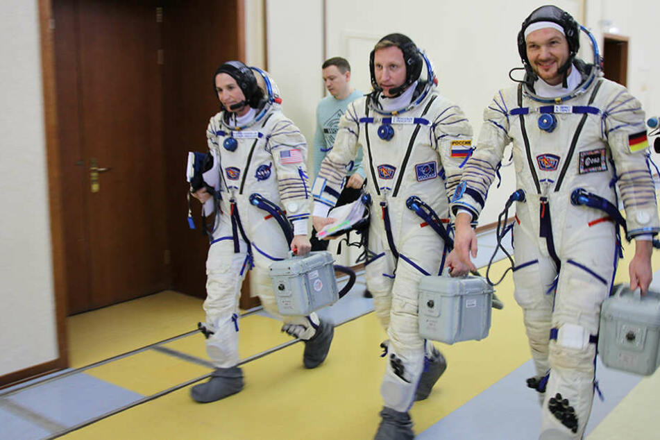 Der deutsche Astronaut Alexander Gerst (rechts) und seine Kollegen, der Russe Sergej Prokopjew und die US-Amerikanerin Serena Auñón-Chancellor.