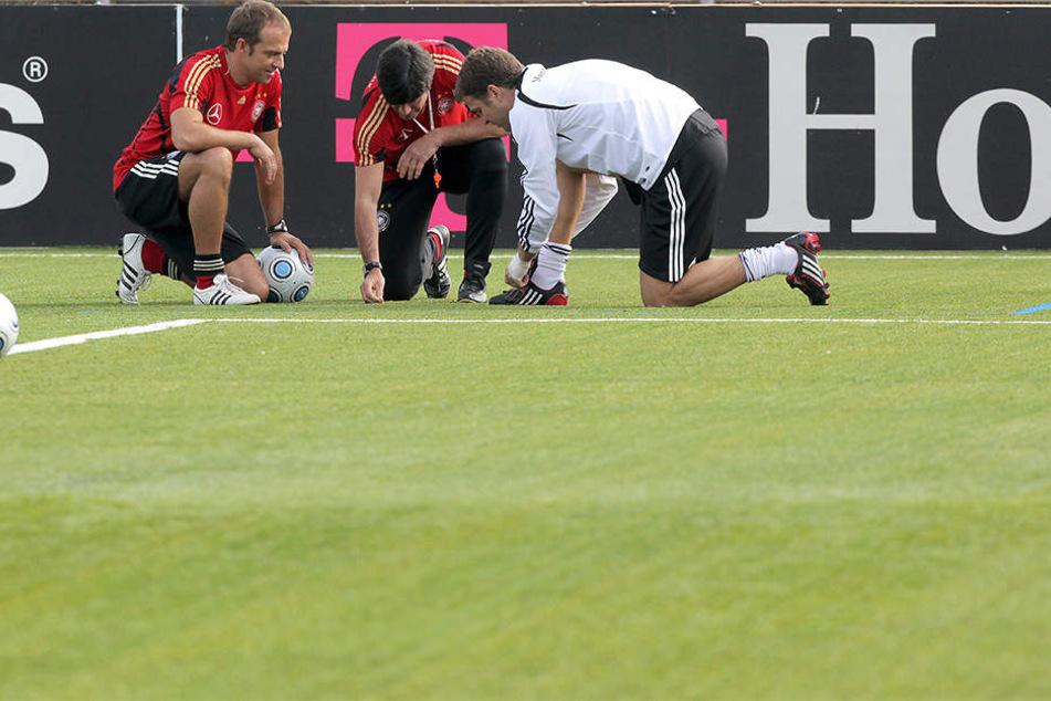 Joachim Löw (56, mi.), Hansi Flick (51, li.) und Oliver Bierhoff (48, re.) vom DFB sind vom Geläuf nicht überzeugt.