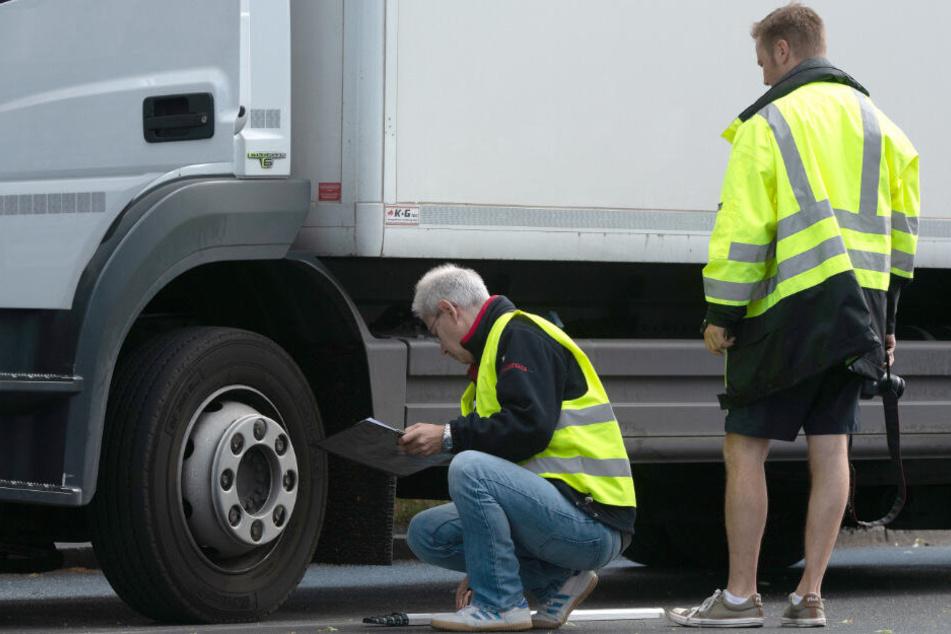 Verkehrsexperten sichern Spuren am Lkw.