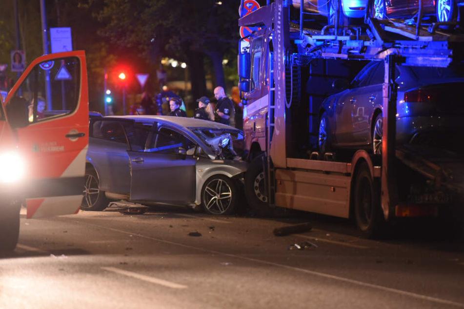 Ein Mann ist mit seinem Auto in Berlin-Spandau gegen einen geparkten Lastwagen gekracht und noch vor Ort gestorben.