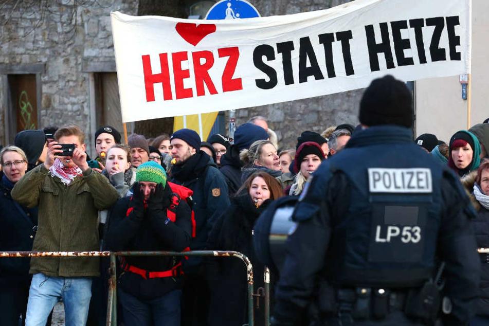Die Polizei rechnet im Vorfeld des Naziaufmarschs mit zahlreichen Gegendemonstranten. (Symbolbild)