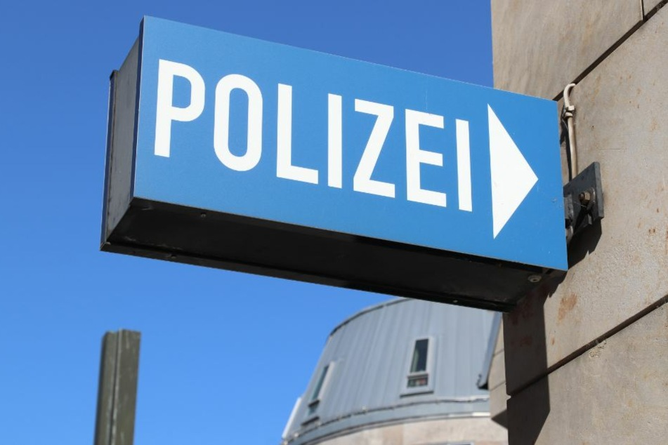 Die Polizei ist nun auf der Suche nach den beiden unbekannten ännern. (Symbolbild)