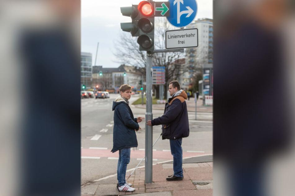 Maik Otto (42, SPD, l.) und Jeffrey Baake (32) an der Ampel an der Brücken-/Mühlenstraße. Hier gibt es keine Hilfen für Sehbehinderte.