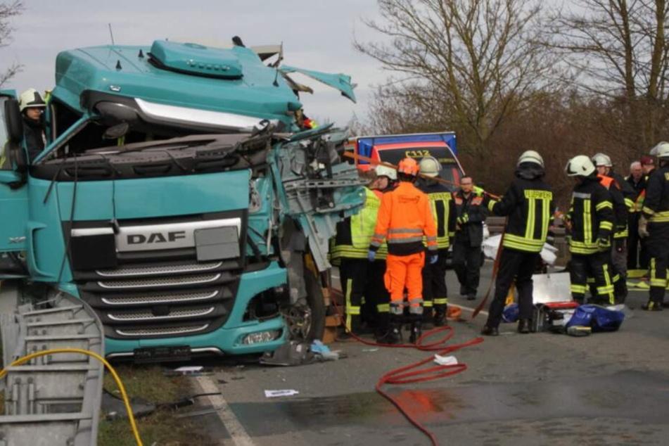 Auf der Bundesstraße sind die Lastwagen ineinander gekracht.