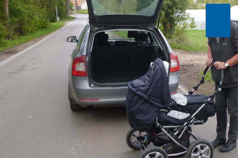 Rentner hängen Kinderwagen an Auto und gehen so mit Enkel spazieren