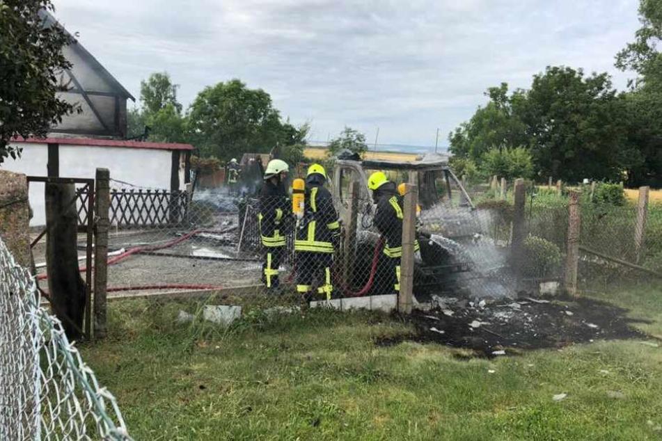 Der Unterstand und das Wohnmobil brannten komplett ab.