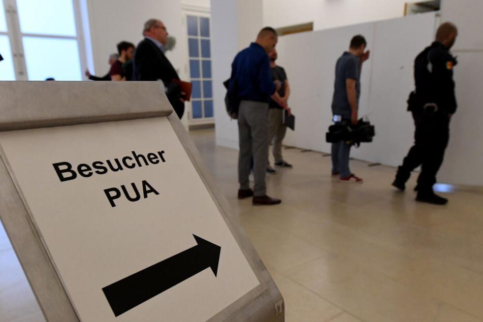 Zuschauer und Journalisten stehen im Landtag vor der Sicherheitskontrolle zu einer Videoübertragung der Sitzung des Parlamentarischen Untersuchungsausschusses zur Rocker-Affäre. Die Aussage eines V-Mann-Führers der Polizei wurde aus Sicherheitsgründen aus