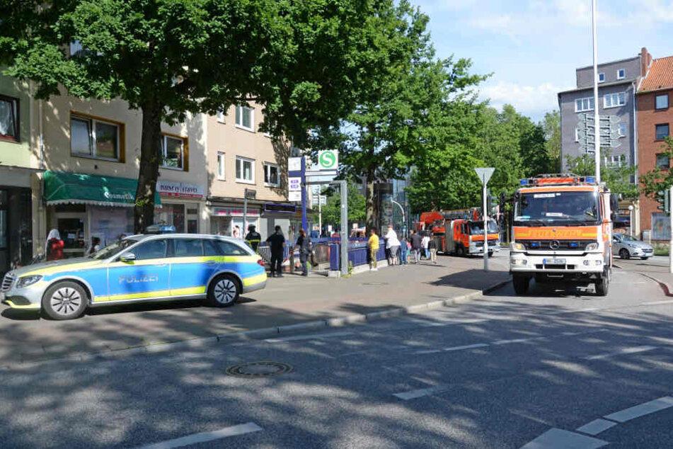 Feuerwehr und Polizei sind am Bahnhof Harburg im Einsatz.