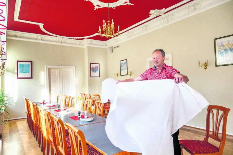 Freut sich auf Familienfeiern im großen Saal: Wirt Falk Ullbrich deckt schon mal ein.