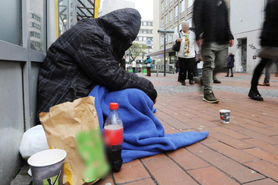 Schockmoment in Fußgänger-Unterführung! Obdachloser entblößt Glied