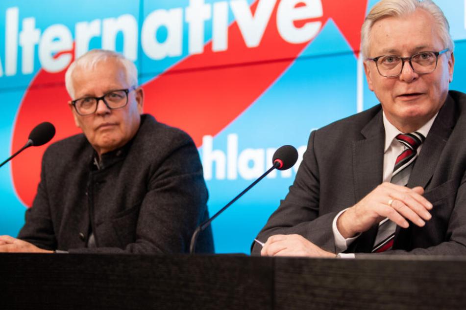 In Stuttgart sitzen Bernd Gögel (r) und Emil Sänze (l.) von der AfD Baden-Württemberg auf einer Pressekonferenz.