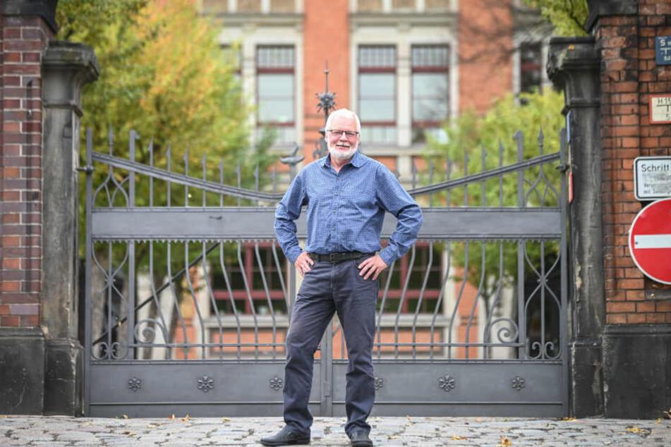 Ulrich Schulz (67) schlichtet Streitigkeiten untern den Schülern der 35. Oberschule in Dresden.