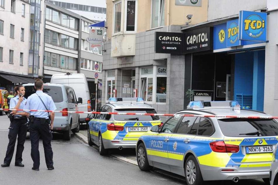 Polizisten stehen auf einer Straße in Wuppertal, nachdem bei einer Messerstecherei in der Nähe des Wuppertaler Hauptbahnhofs ein Mensch getötet worden ist.