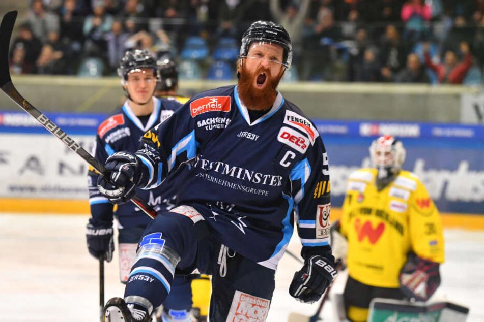 Eislöwen-Kapitän Thomas Pielmeier jubelte nach seinem Treffer zum 2:1.