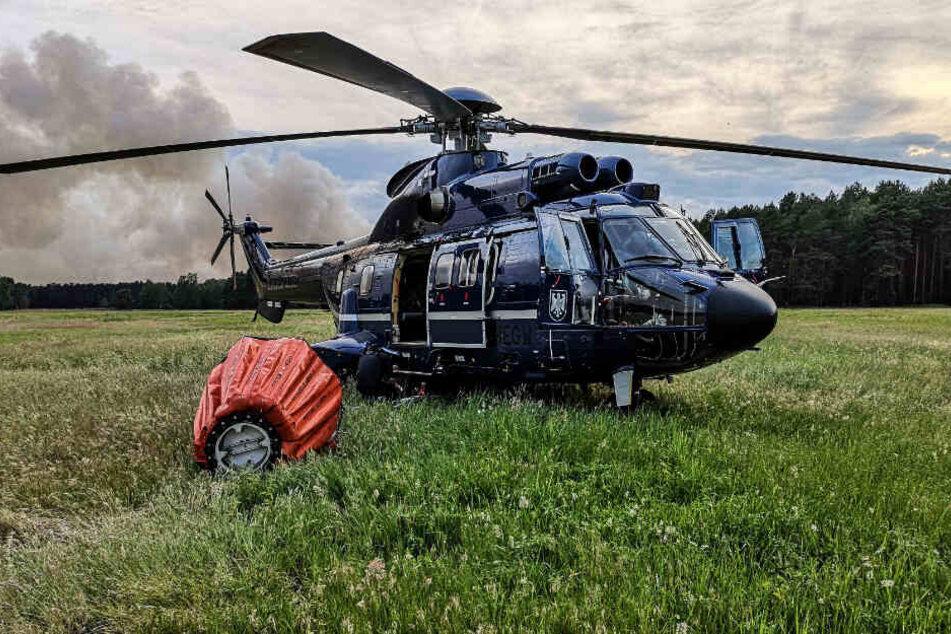 Ein Hubschrauber ist bei einem Waldbrand bei Jüterbog im Einsatz.