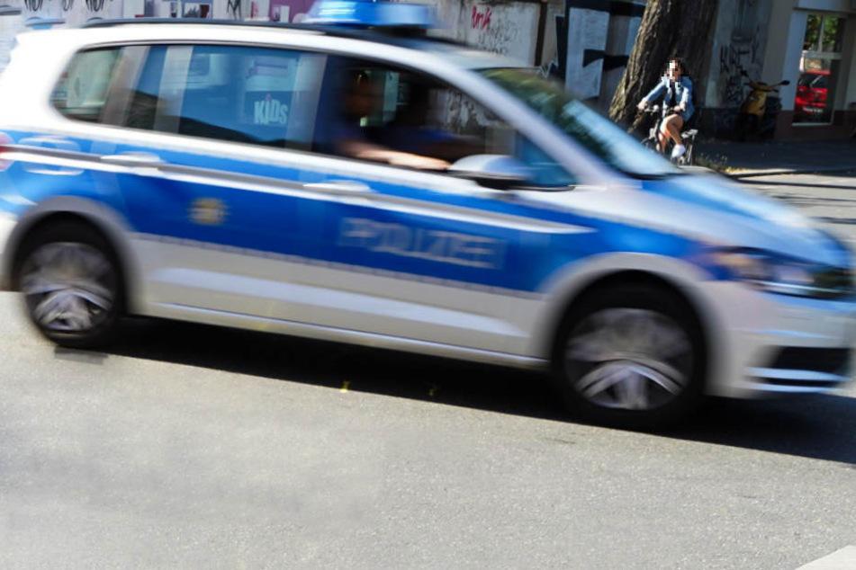 Die Polizeistreife konnte dem Autofahrer gerade noch ausweichen. (Symbolbild)
