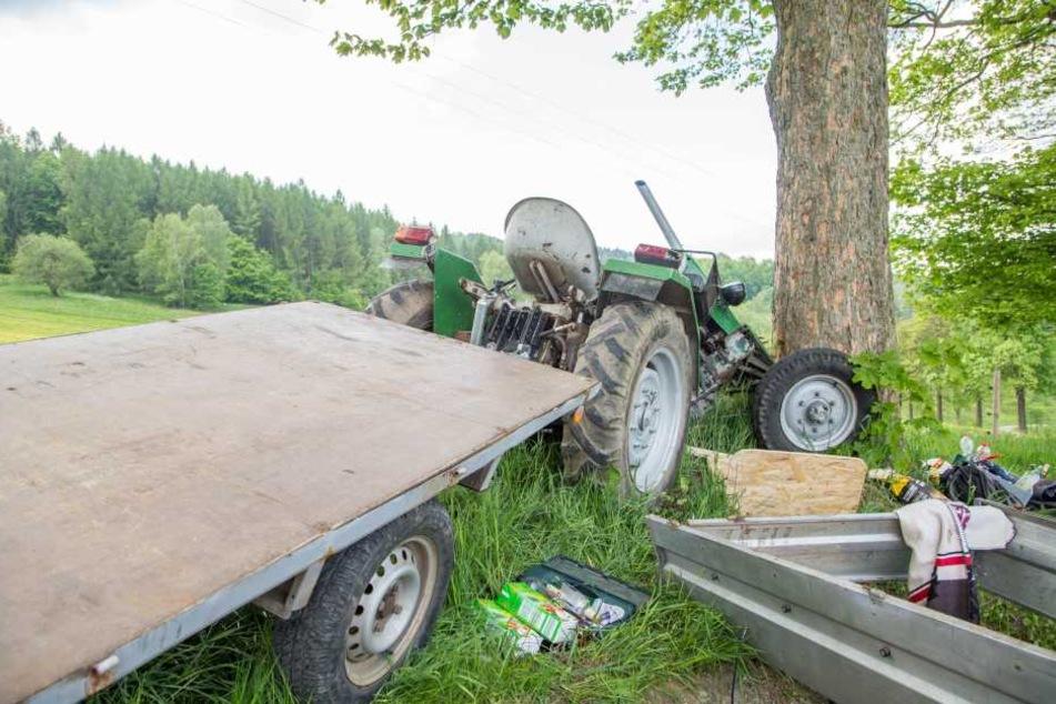 Der Traktor krachte frontal gegen den Baum.